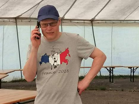 Konferenssi-isäntä Marko Halttunen hoitaa telttastudiossa viime hetken järjestelyjä Nettikonffaa varten.