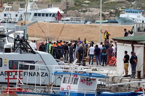 Italian rannikkovartiosto kuljetti hukkuneiden ihmisten ruumiita Lampedusan satamaan maanantaina.