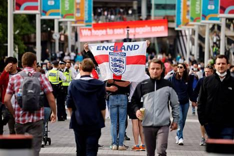 Faneja saapumassa seuraamaan Englannin ja Tshekin välistä alkulohko-ottelua Wembleylle viime viikon tiistaina.