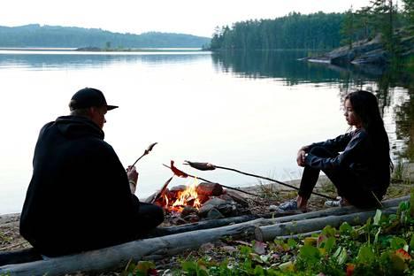 Antti ja Emika Saario ovat serkuksia. He ovat lapsuudestaan asti viettäneet yhdessä kesiä Saimaalla. Elokuva Vedenneito kertoo kesistä ja talvista Saimaalla sekä ihmisen suhteesta luontoon.