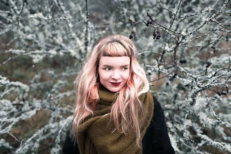 Sarjakuvataiteilija Juliana Hyrri on muuttanut lapsena Virosta suomeen.