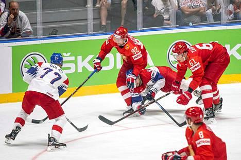 Jevgeni Kuznetsov jyräsi Jan Kovarin pronssipelissä.
