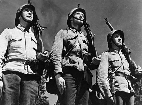 Tässä seisotaan kovennettua. Elokuva on Tuntematon sotilas. Asialla ovat Rahikainen, Lehto ja Määttä.