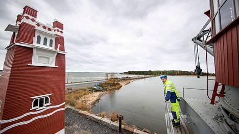 Jari Peltomaan ultramaraton on ohi. Satamanosturi Luveenin entisöintiprojekti on maalissa. Peltomaa osallistui myös vieressä komeilevan Ryssäntornin kunnostustöihin.
