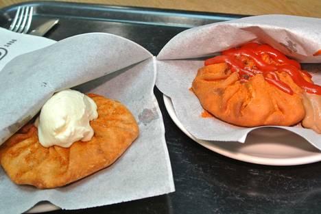 Vasemmalla on vegaaninen versio päällään piparjuurikreemi ja oikealla perinteinen lihaversio kuivilla ja märillä mausteilla.