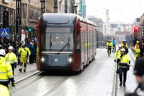 Tampereen raitiovaunu ajoi ensimmäistä kertaa kaupungin keskustassa sunnuntaina.
