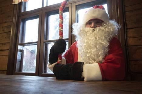Valmartti Cobarta Van Haukki on Se Ainoa Oikea Joulupukki. Kesäkaudet Valmartti viettää Korvatunturilla ja valvoo muun muassa lahjojen valmistumista, mutta lähempänä joulua hän siirtyy ruuhka-Suomen tukikohtaansa eli Knuutilaan.