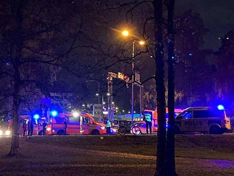 Tampereen Teiskontiellä sattui tiistai-iltana 29. syyskuuta onnettomuus. Paikalla oli runsaasti hälytysajoneuvoja.