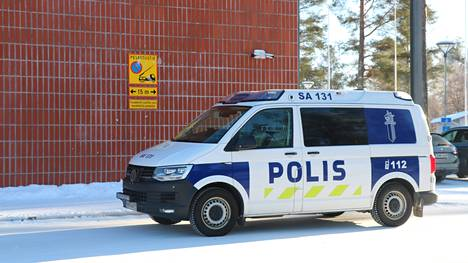 Poliisipartio päivysti keskiviikkona aamupäivällä Pohjanlinnan koulun piha-alueella.