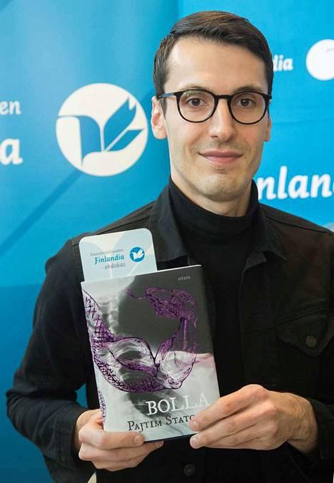 Pajtim Statovci kirjoitti väkivallasta ja sodasta kaunistelematta. Finlandia-voittajateosta, Bollaa, on toisaalta kehuttu runollisesta ilmaisusta ja kauniista kielestä.