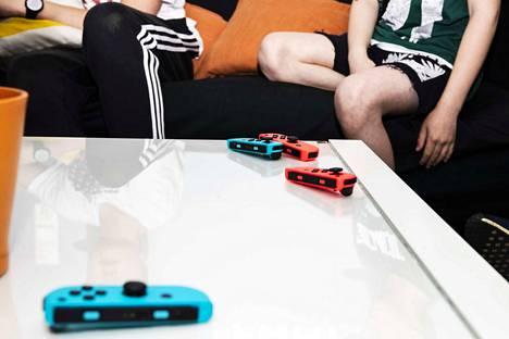 Nintendo switch -konsolilla pelattava Super Smash Bros. Ultimate on pelileirillä selkeä hitti. Pienet ohjaimet kuuluvat konsoliin.