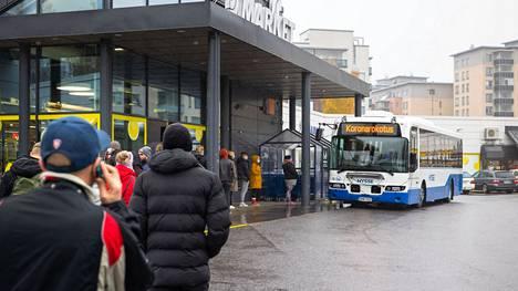 Tampereella sai koronarokotuksen 20. lokakuuta rokotusbussista Kaukajärven S-marketin pihassa.