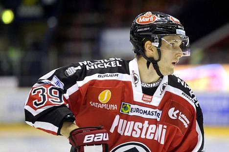 Petteri Lindbohm pelasi patapaidassa Jokerien lainapelaajana 19 ottelun verran kaudella 2013–2014.