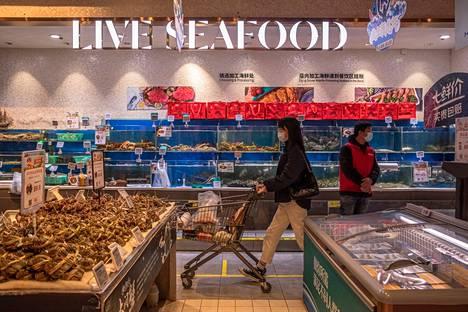 Erityisesti Yhdysvallat on syyttänyt Kiinaa päävastuulliseksi koronapandemian synnystä. Kuvituskuva mereneläviä myyvästä marketin osastosta Pekingissä.