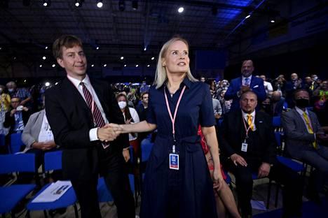 Sakari Puisto (vas.) onnittelee Riikka Purraa perussuomalaisten tuoreesta puheenjohtajuudesta perussuomalaisten puoluekokouksessa.