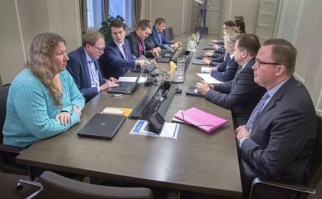 Paltan toimitusjohtaja Tuomas Aarto (oik.) kertoi tiistaina, että kiistaan haetaan ratkaisua mutta tilanne on herkkä. Kuva on viikonlopun neuvotteluista, vasemmalla PAU:n puheenjohtaja Heidi Nieminen.