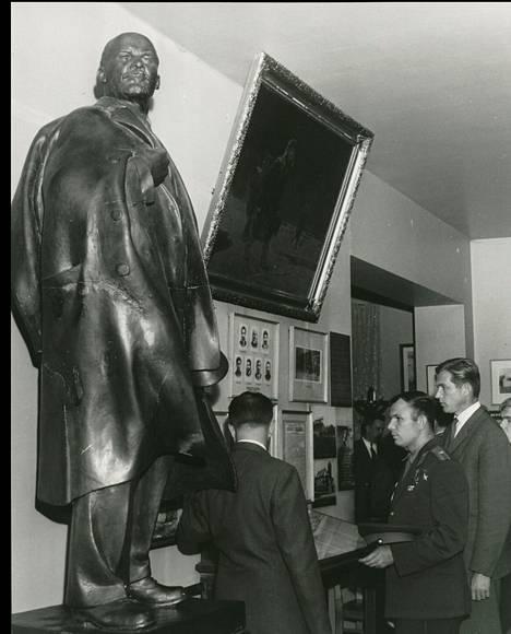 Juri Gagarinin vierailu Lenin-museossa. Hän kirjoitti vieraskirjaan: Vierailin erittäin mielelläni V.I.Leninin museossa. Olen liikuttunut siitä huolenpidosta, miten Suomen kansa vaalii meidän valtiomme perustajan muistoa. 1.7.1961.