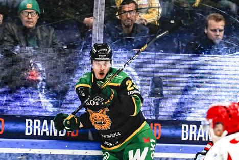 Aleksi Elorinne hoiti hommansa ja ehti myös viihdyttää yleisöä keskiviikon Sport-pelissä.