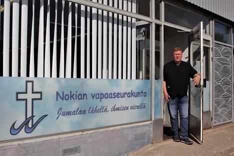 Nokian vapaaseurakunnan pastori Veijo Heikkilä toivottaa kaikki tervetulleeksi seurakunnan tilaisuuksiin. Muutto uusiin tiloihin tarkoittaa matalampaa kynnystä monessakin mielessä, kun helpomman kulkemisen lisäksi seurakunnan tarjonta monipuolistuu.