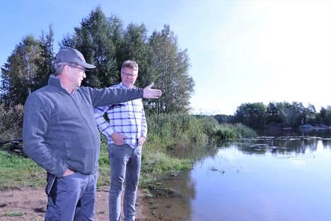Juha Haapakoski viittoo siihen suuntaan, josta suvinuotta on tarkoitus rantaa kohti tuoda. Marko Pulkkiselta kannattaa kysyä ilmaiseksi jaettavista katiskoista.