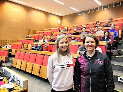 NVO:n Virve Vuoristo (oik) oli kymmenien muiden kanssa seuraamassa tiistaina, kun maisteri Mia Laakso käytännönläheisesti kertoi kuntoilijan ravinnosta.