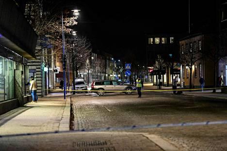 Hyökkäys tapahtui keskiviikkona iltapäivällä. Pimeän jo laskeuduttua Vetlandassa liikkui yhä poliiseja.