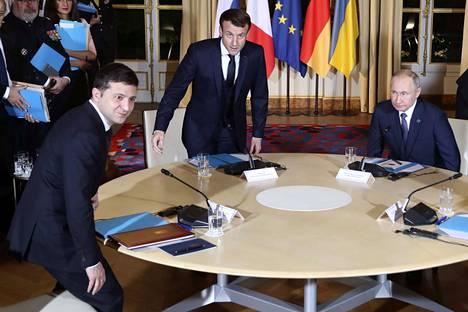 Ukrainan presidentti Volodymyr Zelenskiy (vasemmalla), Ranskan presidentti Emmanuel Macron ja Venäjän presidentti Vladimir Putin tapasivat maanantaina Pariisissa.