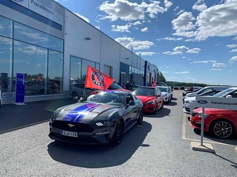VaLePan pelaajat ajoivat autosaattueessa Sastamalan keskustan läpi Levorannan Autoliikkeeltä Tyrvään Pappilaan julkistustilaisuuteen keskiviikkona kello 16.