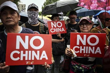 Taiwanissa on järjestetty tukimielenosoituksia läheisen Hongkongin demokratia-aktivisteille. Mielipidemittausten mukaan suurin osa taiwanilaisista vastustaa yhdistymistä Kiinaan.