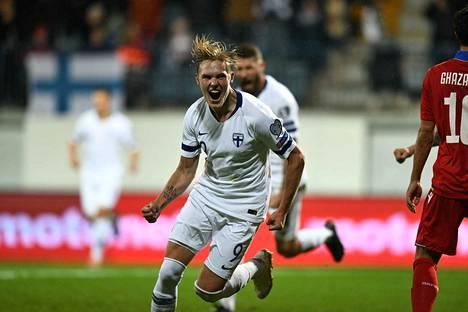 Fredrik Jensen tykitti kulmasta Suomen 1–0-johtoon Turun illassa.