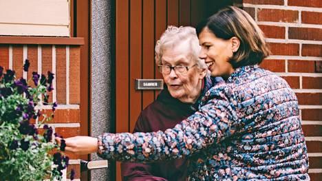 Mirka Saarinen käy tapaamassa isoäitiään Maija Saarista Juupajoella. Paikkakunnalle etsitään töihin eläkeläisiä, jotka voivat toimia ystävänä vanhuksille.