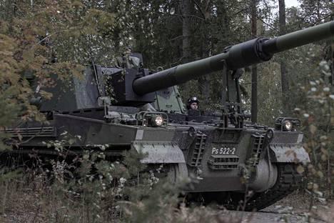 Tämän näköinen on upouusi K9-panssarihaupitsi. Se esiteltiin varussotilaillekin vasta viime heinäkuussa.