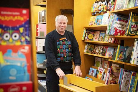 Timo Saario pitää erityisen tärkeänä lastenkirjojen osastoa, sillä sen avulla saadaan uutta asiakaskuntaa. Kirjakaupan toinen osakas, Juhani Puurila, oli juuri palannut pitkältä ulkomaanmatkalta, eikä ehtinyt mukaan haastatteluun.
