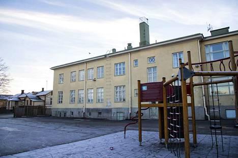 Kaupunginjohtaja Aino-Maija Luukkonen esitteli tänään torstaina uuden palveluverkkoesityksen. Sen mukaan muun muassa Reposaaren kivikoulu suljettaisiin ja toiminnot siirrettäisiin puukorttelin kouluun peruskorjauksen jälkeen.