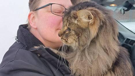 Maarit Schulte ja Luca-kissa löysivät toisensa vuosien erossa olon jälkeen.