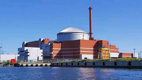 Viranomaiset harjoittelevat Olkiluodon ydinvoimala-alueella. Kuvassa oleva laitos on Olkiluoto 3.