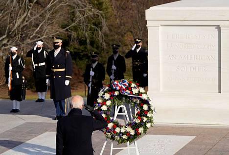 Presidentti Joe Biden laski seppeleen tuntemattoman sotilaan haudalle Arlingtonin hautausmaalla.