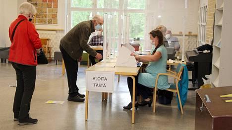 Arja ja Tapio Neste kävivät äänestämässä Mäntän äänestysalueella Savosenmäen koululla vaalipäivänä. Heidän ilmoittautumisensa otti vastaan Mäntän äänestysalueen vaalilautakunnan puheenjohtaja Sirpa Väisänen.