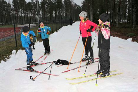 Eemeli Hietaojalla mehutauko. Vesperi Laino sekä Aino ja Elsa Hietaoja tykkäsivät marraskuisesta ladulle pääsystä.