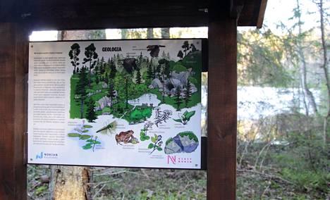 Opastetaulut kertovat Ruutanan luonnonsuojelualueella liikkujalle alueen luonnon ominaispiirteistä.