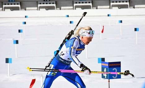 Kaisa Mäkäräinen ampui viisi sakkominuuttia 20 laukauksella tiistaina MM-kisoissa.