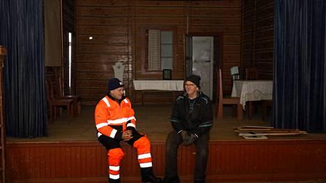 Pohjaslahden työväentalolla, näyttämön kulmalla. Vasemmalla Vilppulan Työväenyhdistyksen puheenjohtaja Jorma Suonpää ja hallituksen jäsen Tuomo Lehtinen.