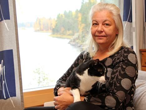 Helsingistä Kuoreveden rannoille muuttanut erityisluokanopettaja Leena Rustela nauttii maaseudun rauhasta yhdessä kissojensa kanssa, kuvassa Niilo-kissa.