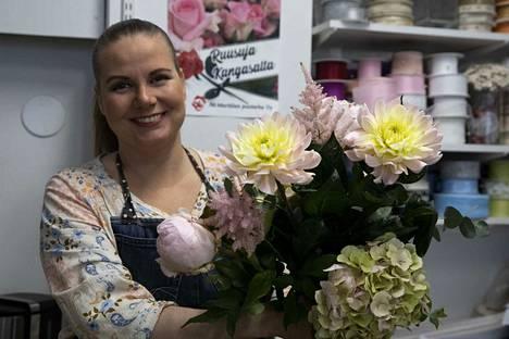 Koronakeväänä kukkakappa Ihana Idean Heli Syrjälä on panostanut runsauteen. Liike otti käyttöön myös ilmaisen kotiinkuljetuksen yli 40 euron tilauksille viiden kilometrin säteellä.