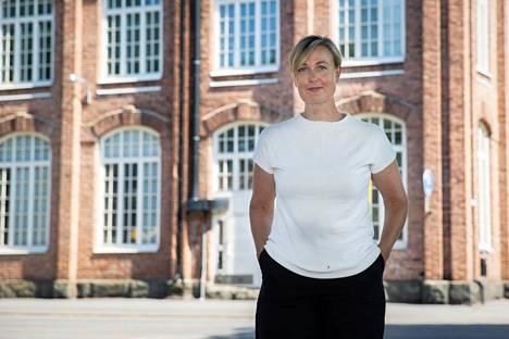 Elina Ravantti on tehnyt korona-aikana töitä mökillään Porin Lyttylässä. Kuluneella viikolla hän ehti töiden lomassa käydä kuuntelemassa Suomi-Areenan keskusteluja Porin torilla.
