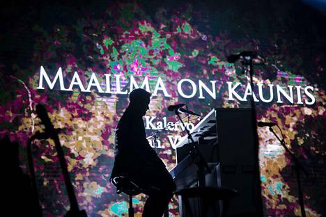 Lenni Kalle Taipale taituroi illassa pianolla.