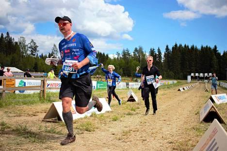 Aamulehden julkkisjoukkueen ankkuri Miikka Seppälä sai joukkuekaverinsa ja Kooveen valmentajat saattajikseen maalisuoralla.