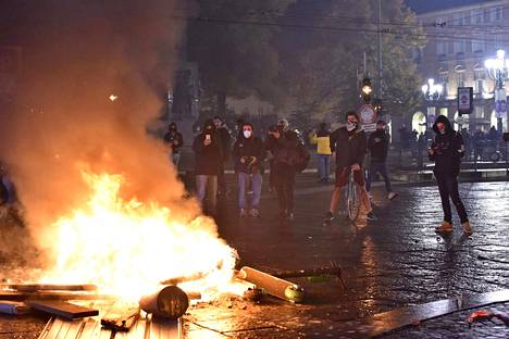 Italiassa tuhannet uusia koronarajoituksia vastustavat mielenosoittajat ottivat yhteen poliisin kanssa.