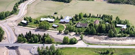 Vähä-Tiisalan ratsutila sijaitsee valtatie 11:n varrella, lähellä Häijään liikekeskusta.