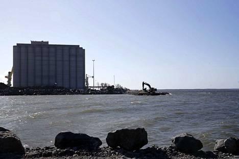 Ulko-Petäjäksen viimeisin laajennusalue on nyt merivettä. Kallioisesta niemestä käyty valituskamppailu jatkuu uudella vaiheella Vaasan hallinto-oikeudessa.